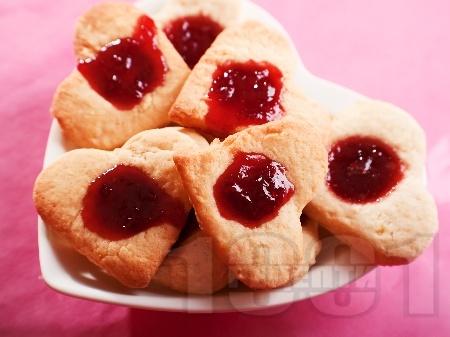 Романтични масленки за Свети Валентин със сладко от ягоди - снимка на рецептата